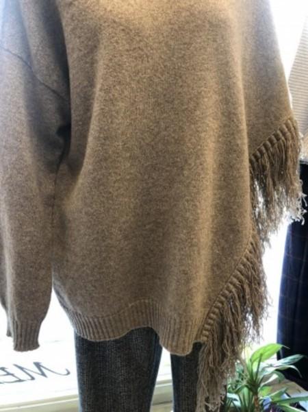 アシンメントリーなお洒落が楽しいポンチョ風セーター♪