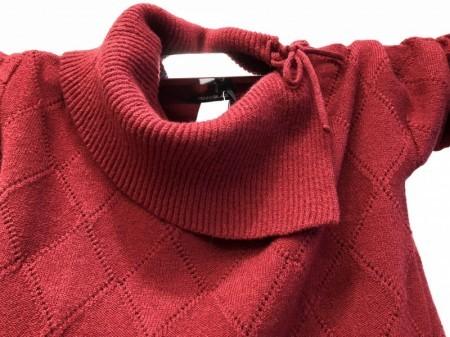衿がポイントの赤のセーター(PENNYBLACK)